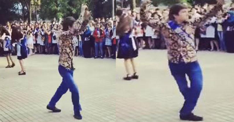 Этот парень станцевал на выпускном и стал звездой Сети. Так еще никто не танцевал!