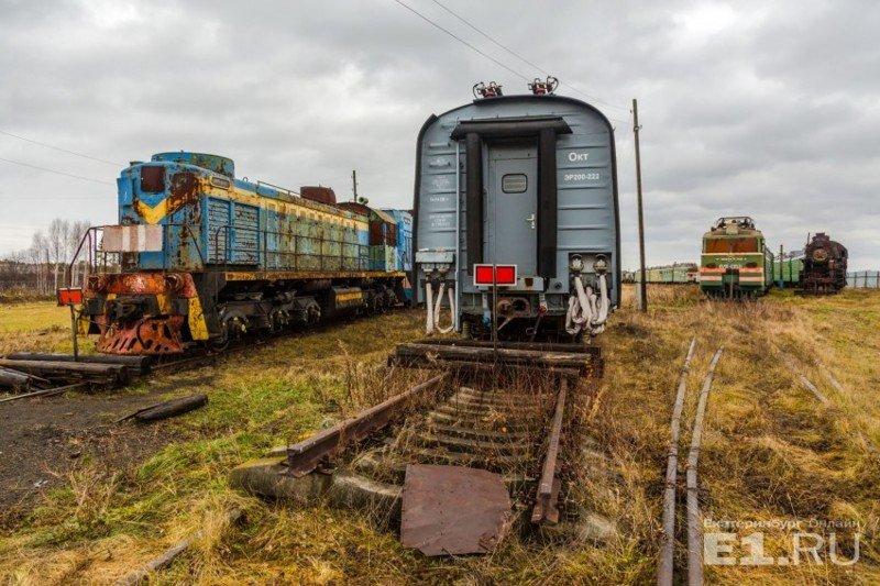 Слева – маневровые тепловозы, справа – пять секций скоростного поезда Эр200. история, поезда, раритет, ржд