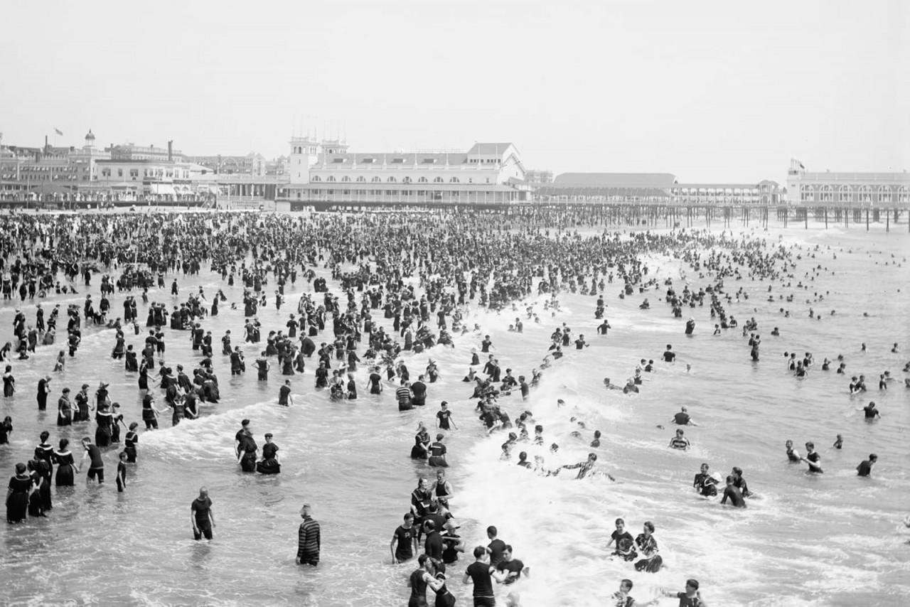 Вид на оживленный пляж в Атлантик-Сити, 1904 г. 100 лет назад, 20 век, архивные снимки, архивные фотографии, пляж, пляжный отдых, черно-белые фотографии, чёрно-белые фото