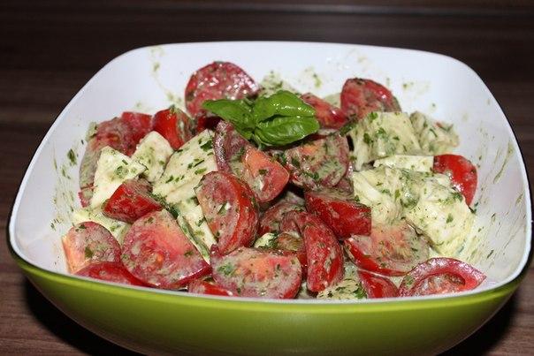 Салат с моцарелой и помидорами с ароматной летней заправкой