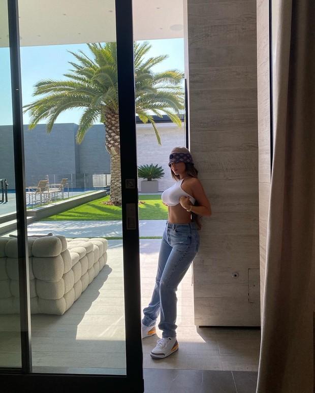 Формула универсального образа от Кайли Дженнер Кайли, Аутфит, талией, который, подчеркивает, достоинства, фигуры, выбрала, белый, кроптоп, голубые, джинсы, прямого, завышенной, массивные, просто, белые, кроссовки, Уютная, шапочка