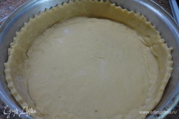 Разъемную форму я слегка смазала растительным маслом. Основную часть теста раскатайте тоненько и выложите им дно, формируя бока формы высотой примерно 3,5–4 см, и уберите тоже в холодильник.