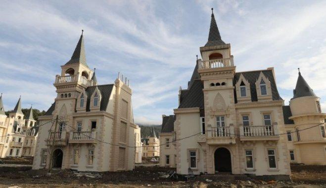 Кладбище заброшенных домов или Как выглядит недостроенная деревня с диснеевскими замками