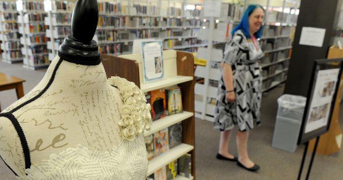 Великолепное платье из книг о сильных женщинах. Библиотекари идут на всё чтобы привлечь читателей