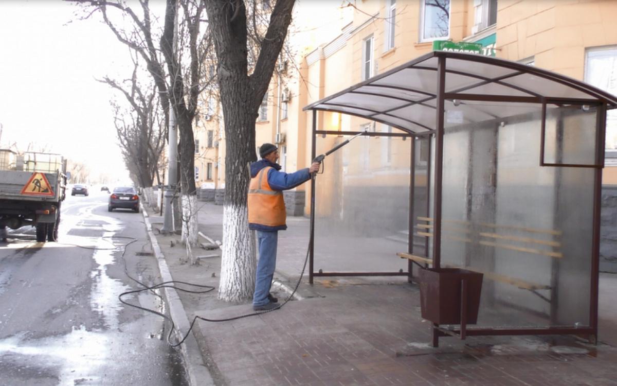 В Астрахани начали проводить дезинфекцию остановок и леерных ограждений
