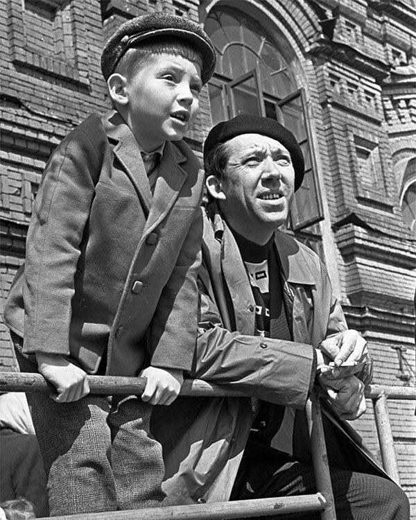 Юрий Никулин с сыном Максимом на Красной площади, 1963 год знаменитости, исторические фотографии, история, редкие фотографии, фото