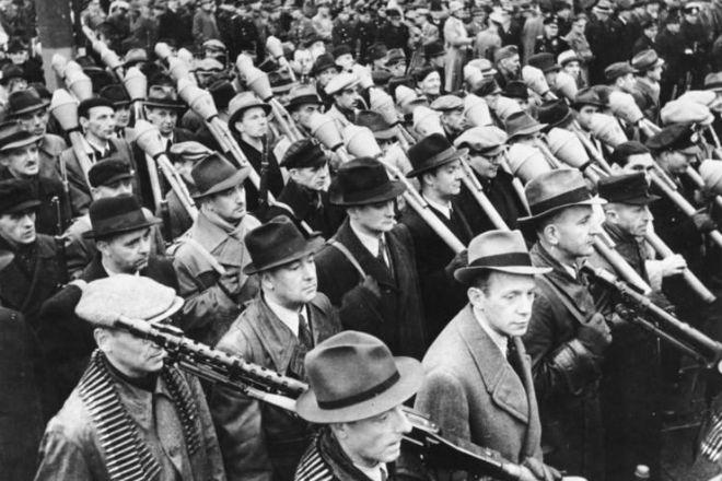 Последние резервы Фюрера отправляются на фронт: архивное видео из 1945 в цвете людей, оружие, Гитлер, фюрер, направлял, Берлине, надежду, потерявших, подрядОтряды, фольксштурм, вооружали, хватало, момент, кстати, берущих, жизни, Оператор, очень, делает, удачный