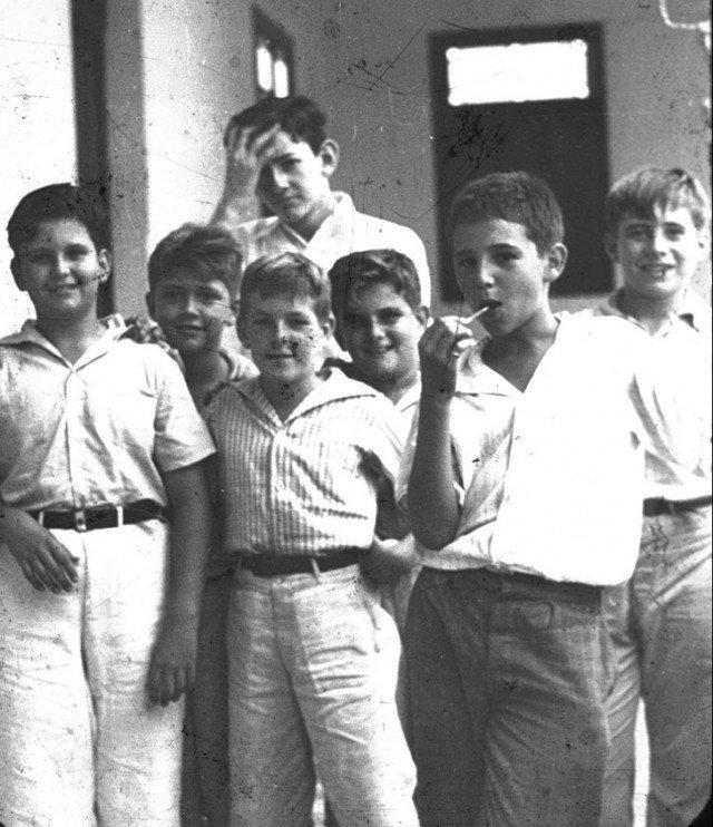 Молодой Фидель Кастро (с конфетой на палочке) позирует со своими друзьями. Сантьяго, Куба, 1940 год история, ретро, фотографии