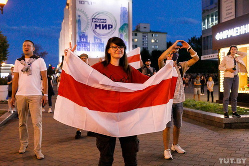 Отсылка к Польше, помощникам нацистов и возврат в 90-е. Что значат красно-белые флаги на протестах в Минске
