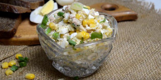 Салат с кукурузой, печенью трески, яйцами и сыром