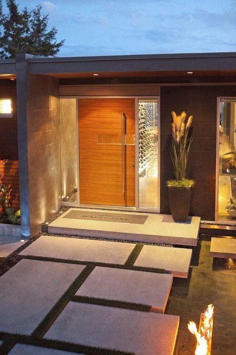 Бетонное крыльцо с классической деревянной дверью.