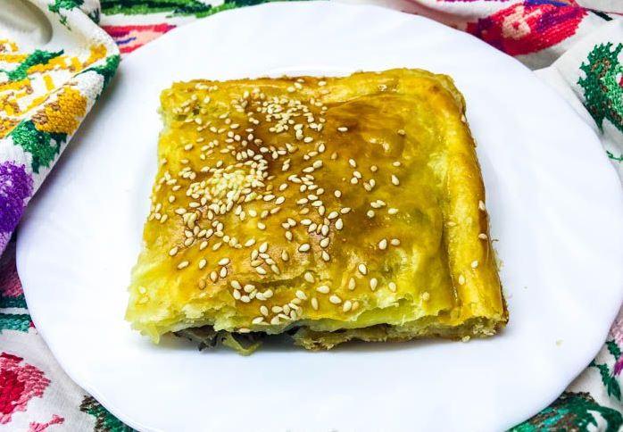 Пирог из слоеного теста с солеными груздями в духовке. Фотография рецепта