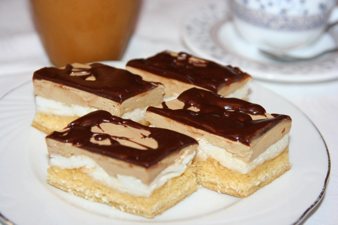 Очень вкусные пирожные с кокосом и прослойкой безе. Угостите своих гостей необычным лакомством!