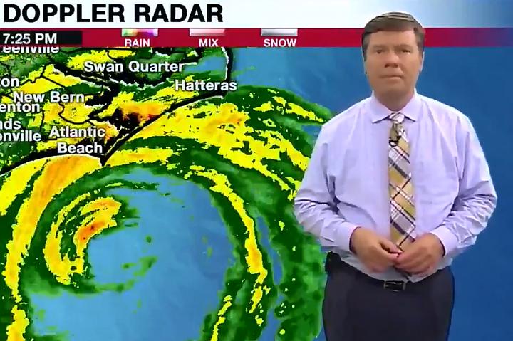 """В США телеведущим пришлось спасаться от урагана """"Флоренс"""" в прямом эфире"""