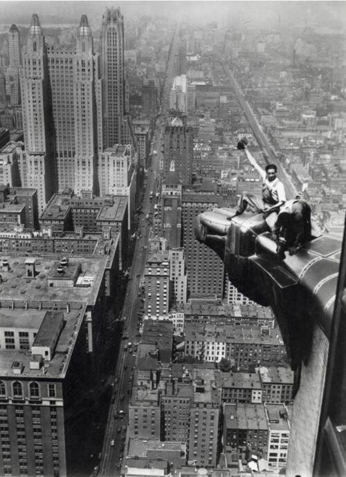 «Эй! Вы там, наверху!» Очистные работы на высотке Крайслер-билдинг. США. 1932 г знаменитости, исторические фотографии, история, редкие фотографии, фото