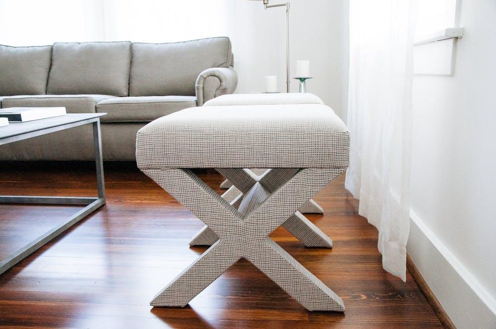 Элегантный интерьер квартиры - серые табуреты с мягким сиденьем в гостиной