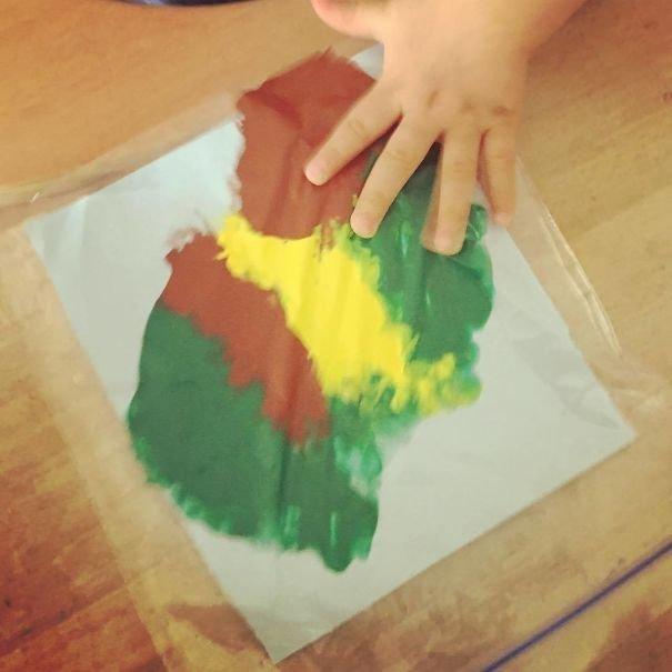 Немного краски и бумаги в зип-пакете - и ребенок наслаждается, и маме нечего отмывать Лайфхак, дети, крутые идеи, родители, смешно