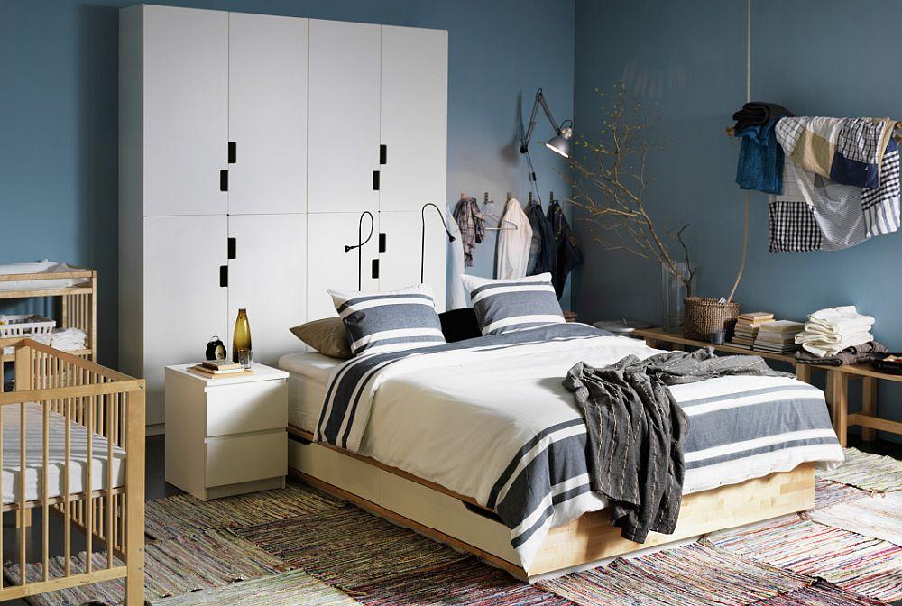 Дизайнерское постельное белье в полоску в интерьере спальни