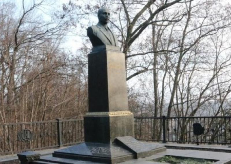 Отец за  сына: в  Чернигове украли надгробный памятник Михаилу Коцюбинскому