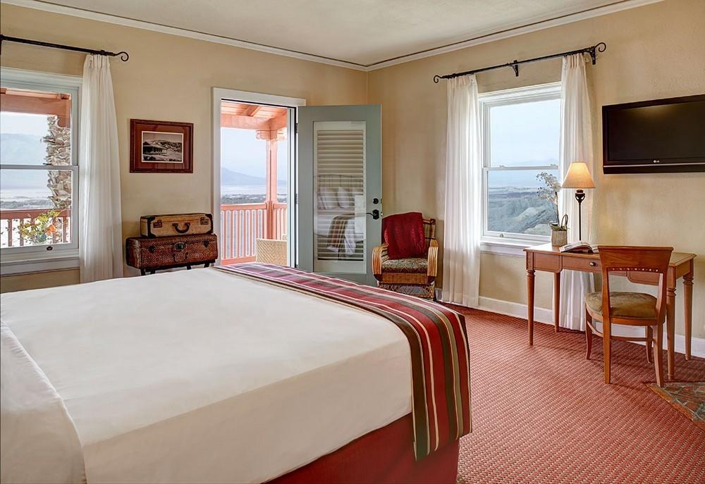 Особенности размещения кровати посреди комнаты
