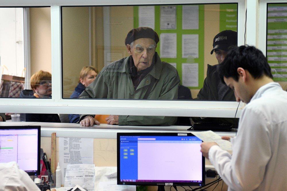 Путин поручил отменить бумажные медкарты