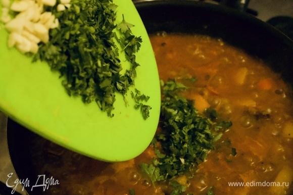 Добавляем мелко нарезанную зелень кинзы и петрушки, затем — чеснок. Перемешиваем.