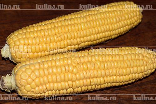 Кукурузу помыть, обсушить, очистить от листьев и волокон.