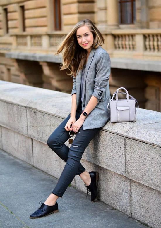 Девушка в леггинсах, серый пиджак и черные туфли дерби