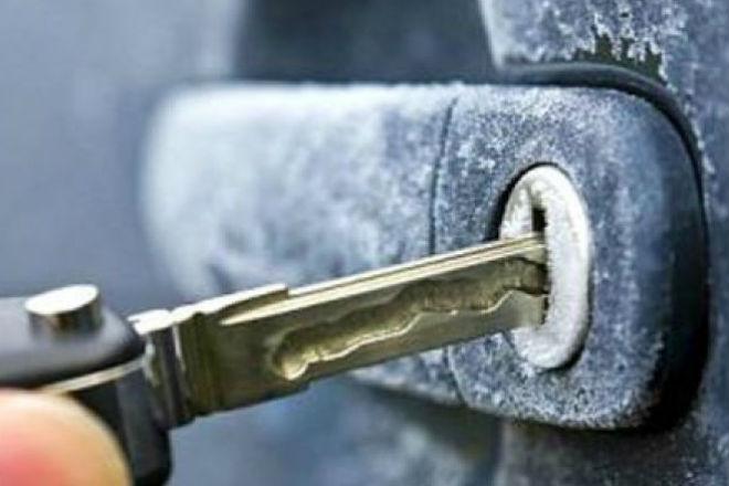 Как открыть замерзший замок в автомобиле: греем ключ зажигалкой автомобиль,замерзший замок,как открыть замерзший замок,как открыть замок,как открыть замок в автомобиле,как открыть замок в машине,ключ,лайфхак,Тренинг