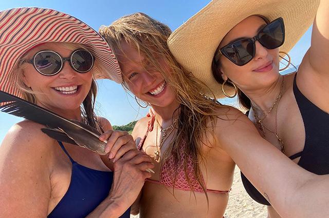 Сейлор Бринкли-Кук отметила 22-летие на пляже с мамой Кристи, бойфрендом и родными
