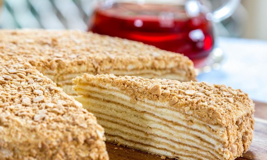Торт слоеный с кремом: рецепт приготовления с фото