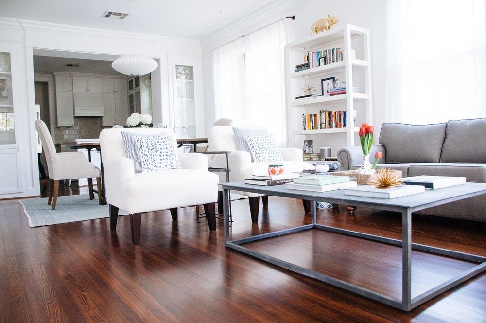 Элегантный интерьер квартиры - белая мебель и деревянный пол в гостиной