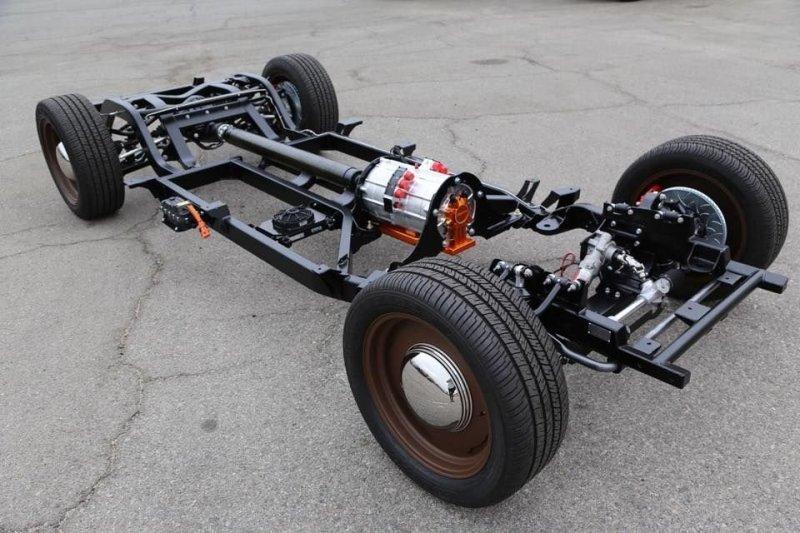 Кстати, шасси у электрического Mercury тоже новое — с независимыми подвесками спереди и сзади. В салоне машины обращает на себя внимание планшет с нарисованными «старыми» приборами. mercury, tesla, авто, олдтаймер, ретро авто, свап, тюнинг, электромобиль