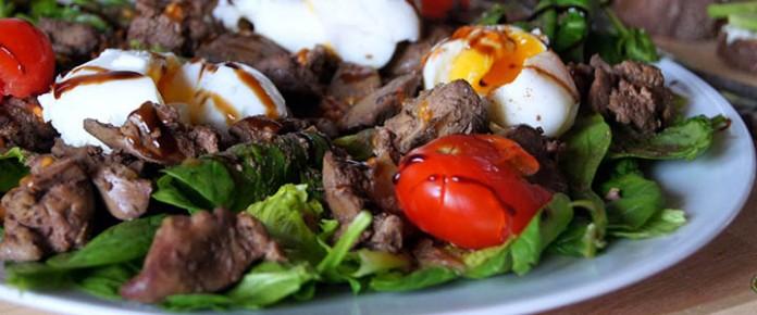 Тёплый салат с куриной печёнкой — оригинальный и очень вкусный!