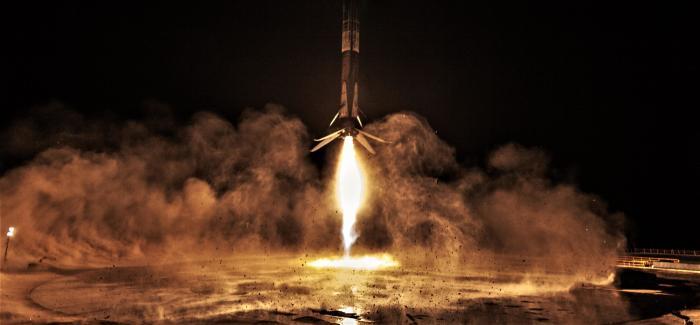 Ракета Falcon 9  Фото: Teslarati.com.