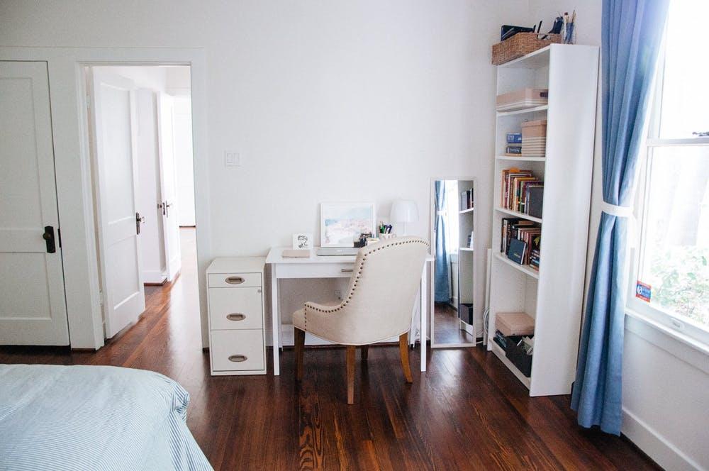 Изящное белое кресло в элегантном интерьере спальни для гостей
