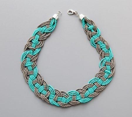 Ожерелье из бисера с интересными переплетениями