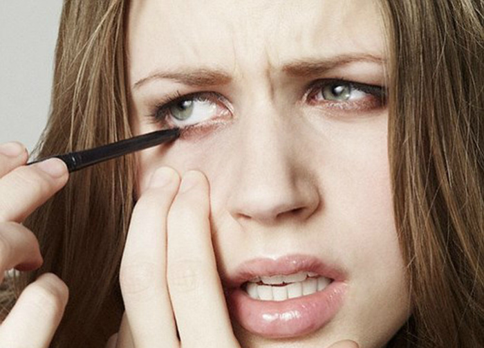 Растягивать кожу, нанося макияж.