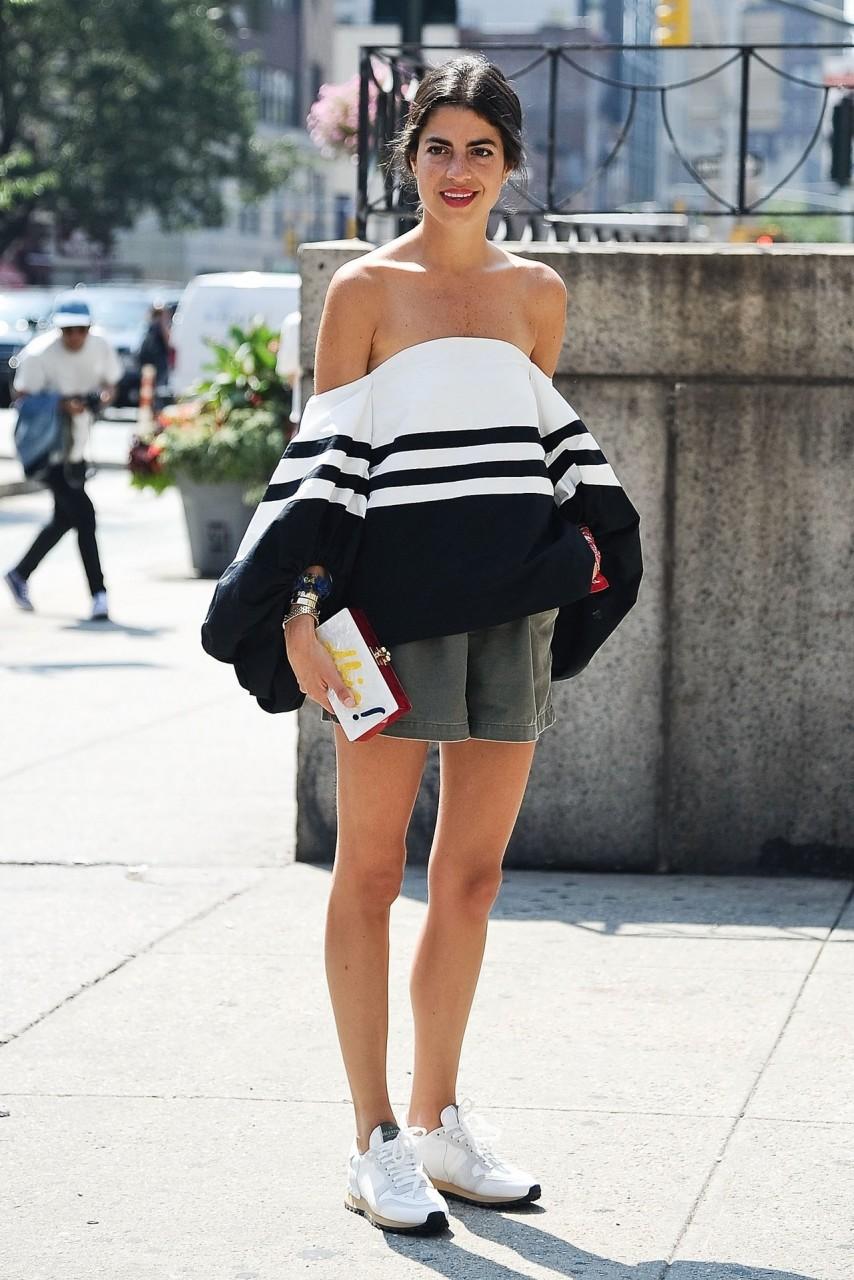 Девушка в бардо топе с полоской и шортах