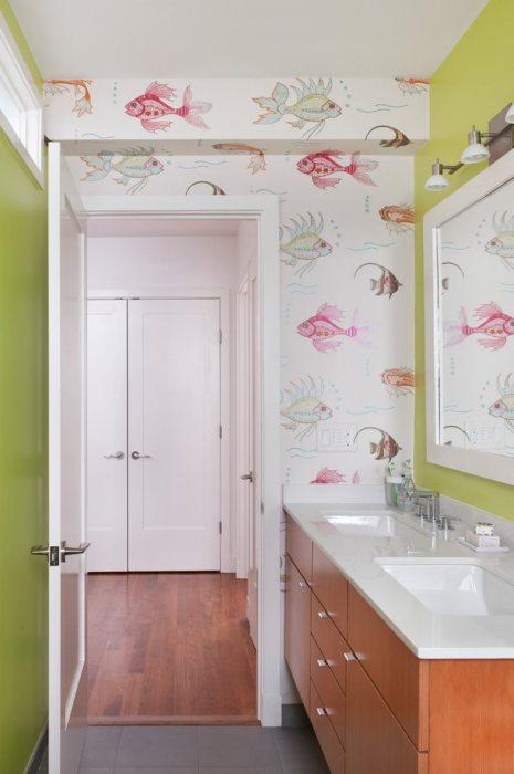 В ванной можно поклеить как яркие и веселые обои, так и что-то более нейтральное. Главное - это чтобы все смотрелось гармонично.