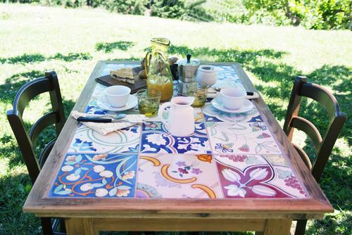 Сосед выложил плиткой стол в саду на даче. Я тоже так хочу!