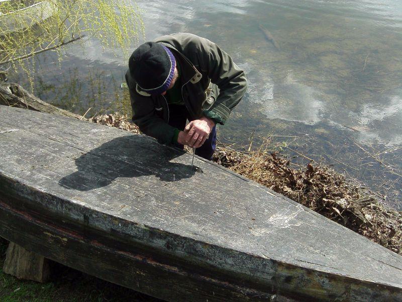 Иванович ремонтирует лодку