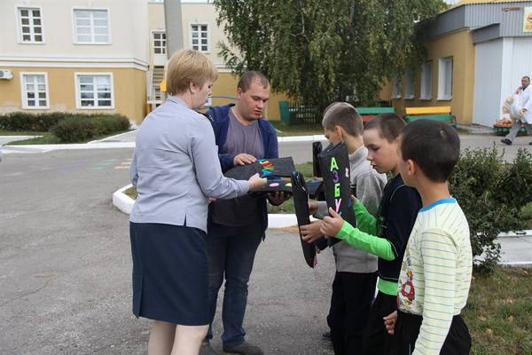Доброта на ощупь. Офицеры подарили детям тактильные книги