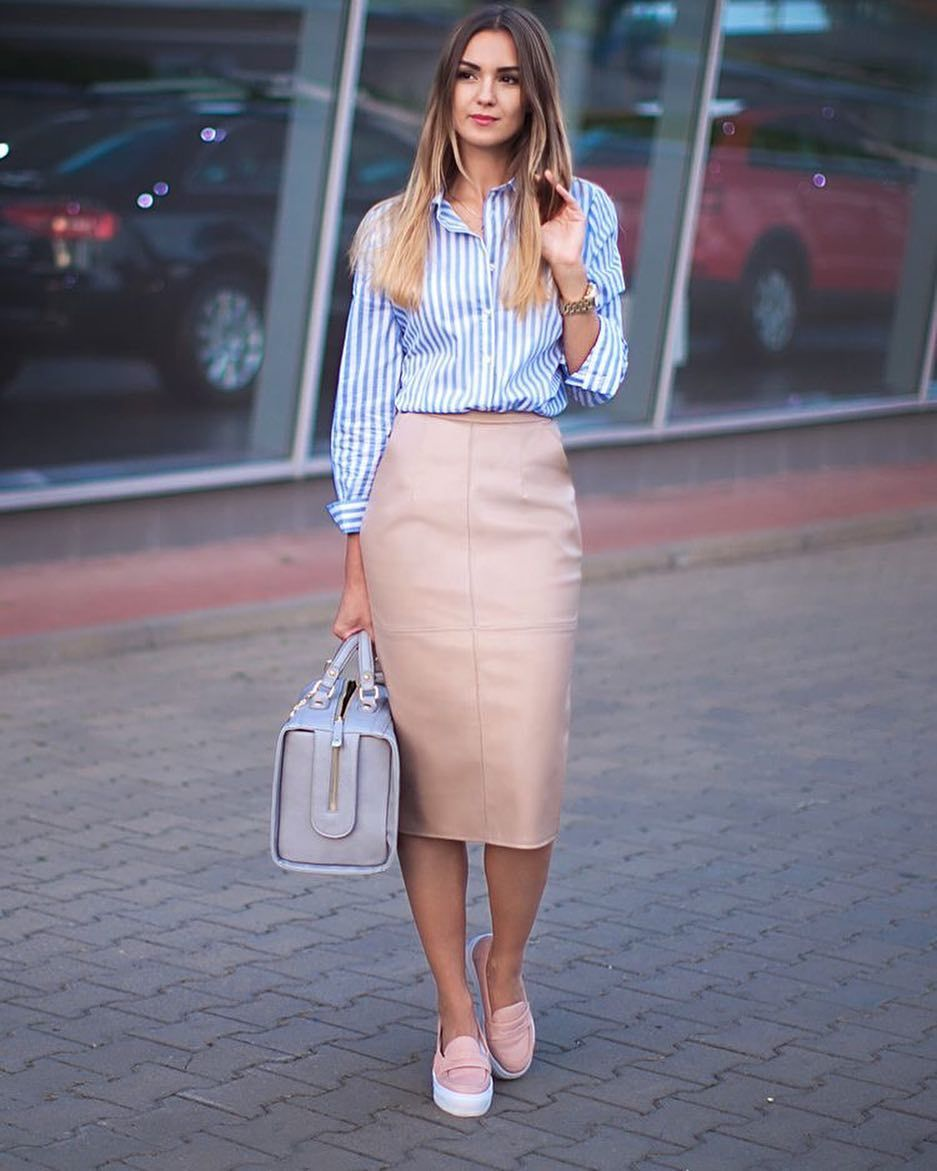 Девушка в голубой рубашке в полоску, розовая юбка карандаш и слипоны