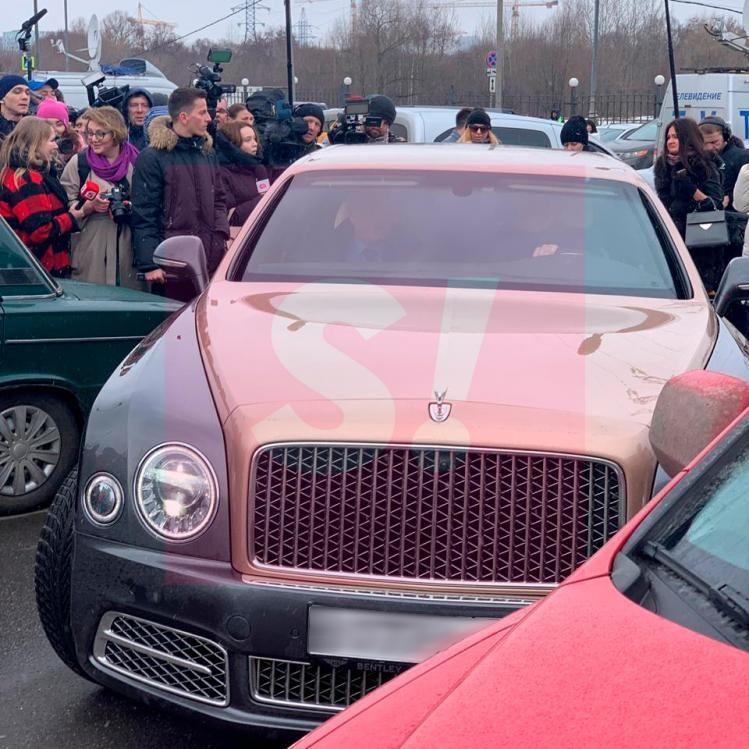 Жасмин приобрела золотой Bentley