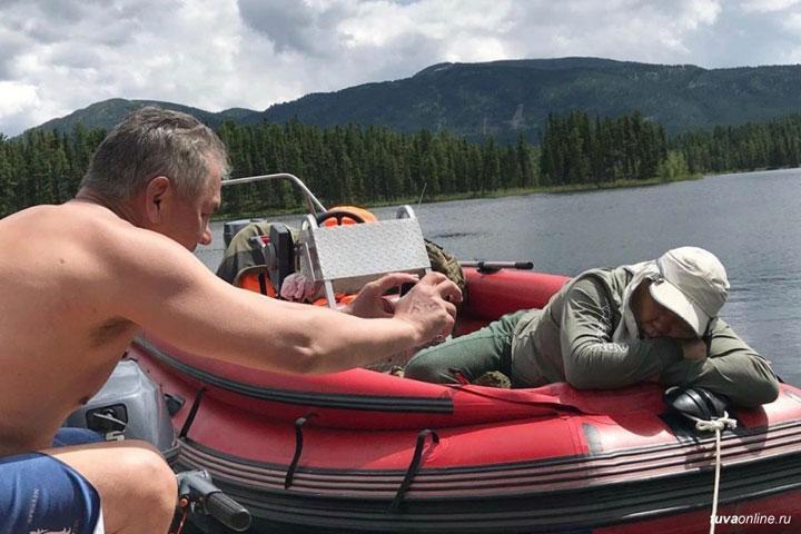 Сергей Шойгу сфотографировал главу Тувы, который уснул на рыбалке