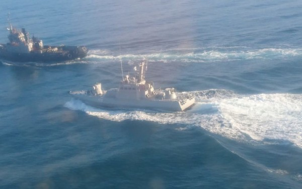 Российский пограничный корабль протаранил украинский буксир