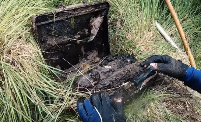 Тяжелые коробки со дна болота: черные копатели поднимали находку из последних сил вторая мировая война,длинная новость,мина,находка,поиск,Пространство,черные копатели