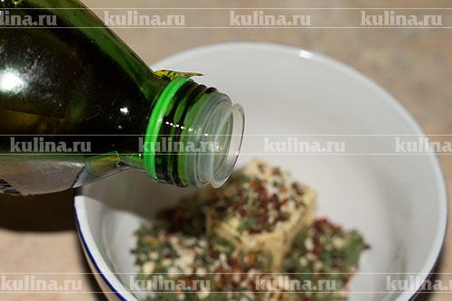 Влить оливковое масло, масло хорошенько размять и смешать со специями.