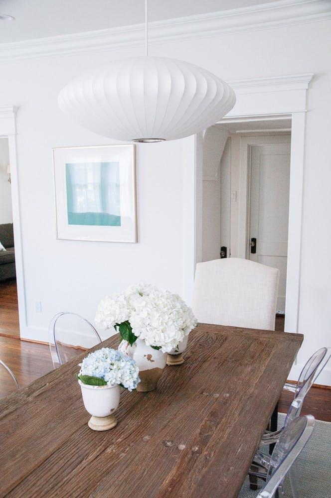 Элегантный интерьер гостиной - белый дизайнерский светильник